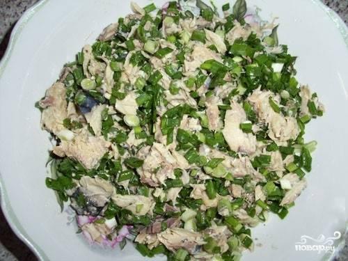 3.Смешайте размятую скумбрию с нарезанным зеленым луком. Можете добавить и другую зелень по вкусу.