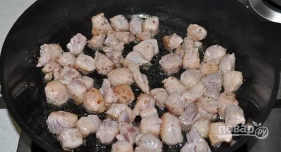 Промаринованное мясо обжарьте в масле 3 минуты, пока оно не станет светлым.