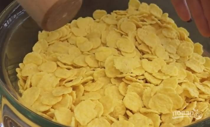 5. В стакан муки отправьте чайную ложку соли, перемешайте. Кукурузные хлопья не должны быть сладкими. Подробите их, но не слишком мелко.