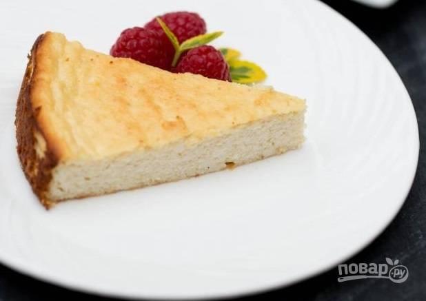 5. Подавайте к столу запеканку с йогуртом или нежирной сметаной, дополнив ягодами или фруктами по вкусу.  Приятного аппетита!