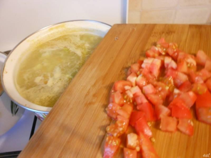 Посолите щи. Потом добавьте порезанные кубиками помидоры, и еще минут 5-7 варите.