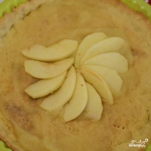 8. Начните выкладывать дольки яблок на выпеченное тесто в форме с центра по кругу (веером).