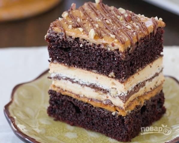 17. Украсить тортик можно орешками и растопленным шоколадом. Перед подачей дайте ему настояться минимум пару часов, но лучше всего оставить на ночь.  Приятного чаепития!
