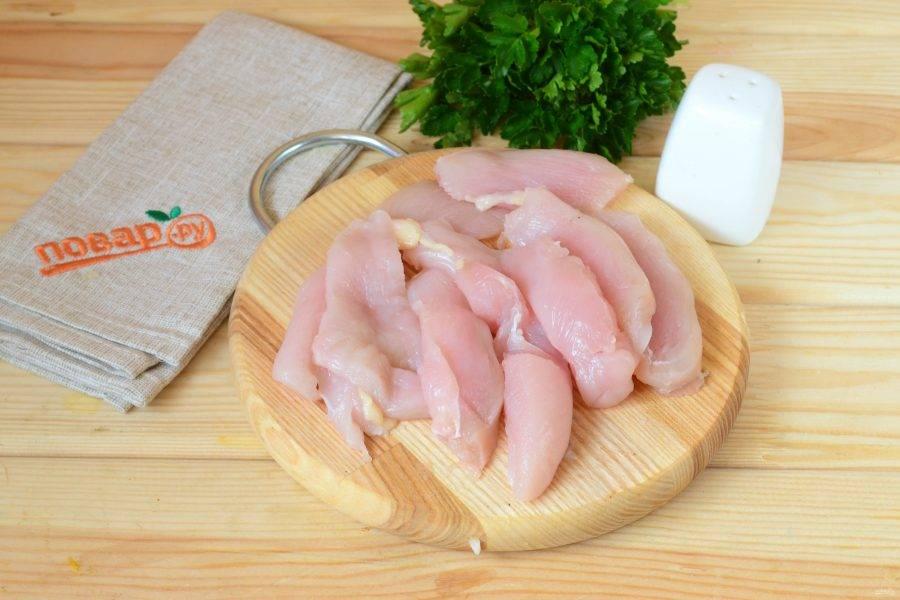 Куриную грудку порежьте на пластины толщиной не более 1 см.