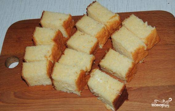 Как бисквит остынет, режем его на кусочки.