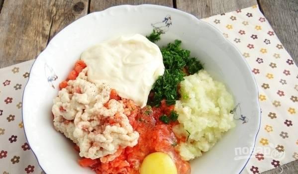 В полученный фарш добавьте яйцо, порубленную мелко зелень, приправы и сыр. Хорошо вымесите фарш.