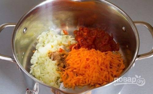 4. Добавьте немного специй, тертую морковь и пару ложек томатного соуса (можно пару измельченных помидоров без кожицы).