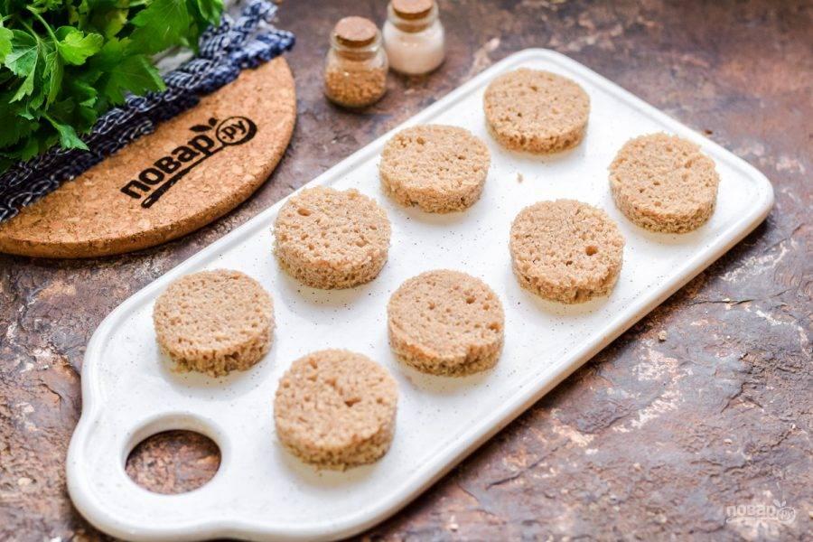 При помощи формочки вырежьте из хлеба заготовки для канапе.