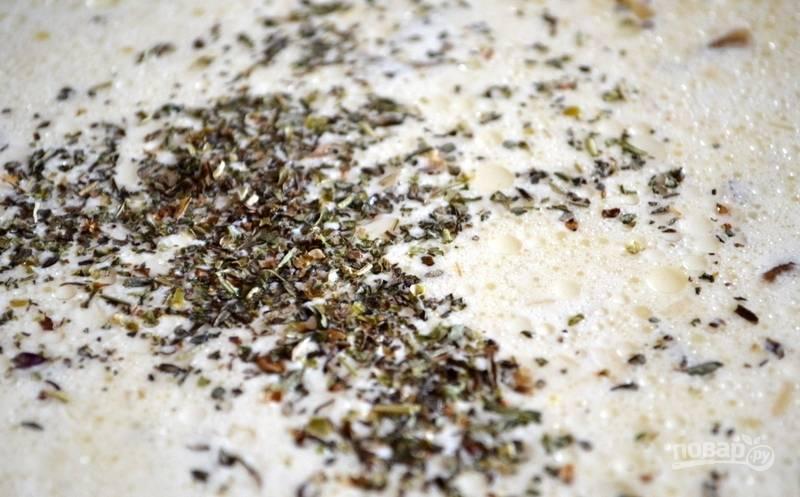 Далее внесите в соус сухие травы, немного перца и соли по вкусу. Готовьте ещё 1 минуту.