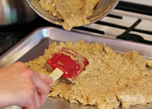 4. Выложите готовое тесто в форму и хорошо разровняйте. Отправьте в духовку.