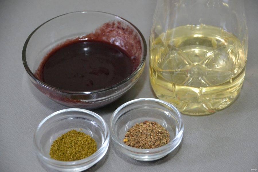 Подготовьте маринад из соуса ткемали, хмели-сунели, смеси перцев и 1 столовой ложки растительного масла.