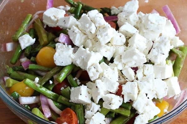7. Сыр нарезать небольшими кубиками и отправить в салатник, еще раз перемешать. Использовать можно любой мягкий или твердый сыр по вкусу. Вот такой простой рецепт салата с черри и сыром. Блюдо можно подавать к столу.