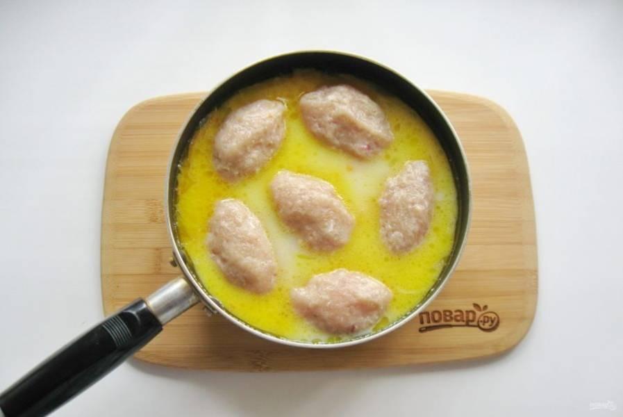 Из приготовленного фарша сформируйте продолговатые котлеты и выложите в сковороду с соусом.