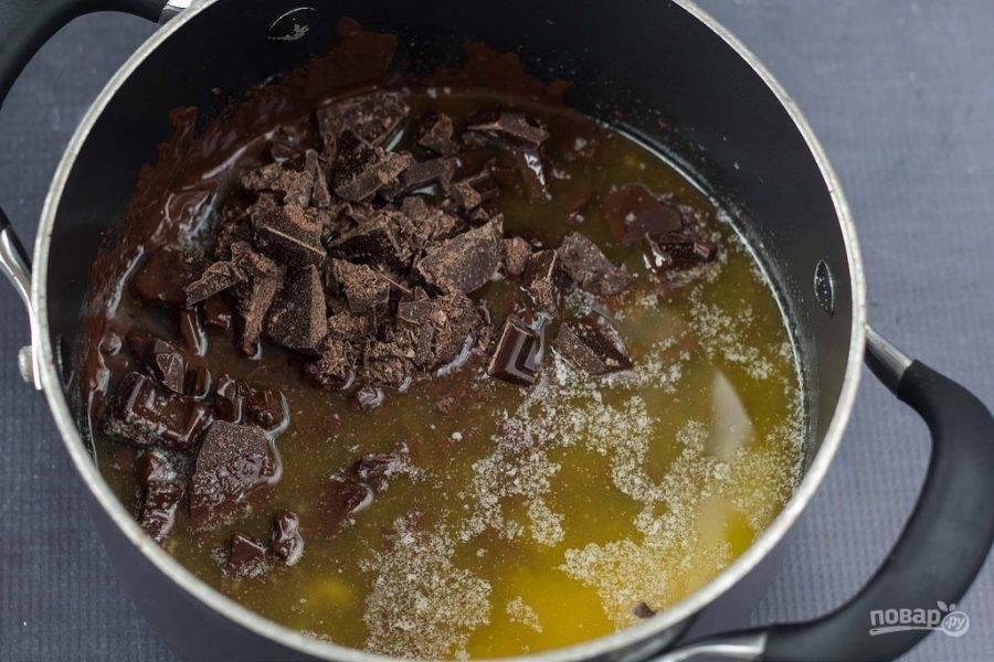 2. Далее добавьте шоколад. Держите на огне, пока он не расплавится.