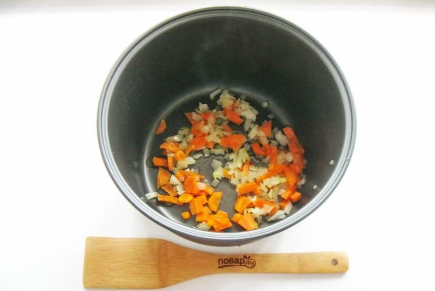 Налейте рафинированное масло и поджарьте лук с морковью в течение 10 минут.