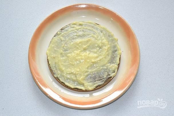 14. Разрежьте остывший корж на 3 части. Смажьте каждый корж кремом.