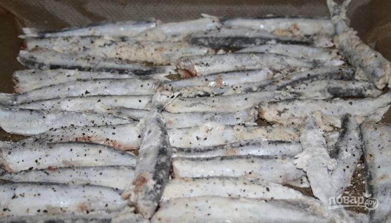 Рыбу промойте и выпотрошите, а потом обсушите. Для панировки смешайте муку с крахмалом, перцем и солью. Мойву обваляйте в панировке.