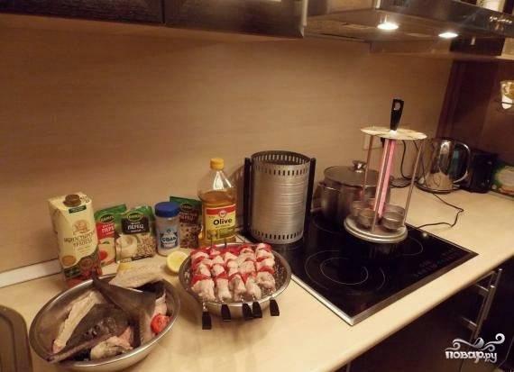 Подготавливаем огонь, угли или, в моем случае, разогреваем инфрокрасную печку и готовим шашлык, не забывая переварачивать шампуры. Рыба готовится достаточно быстро!