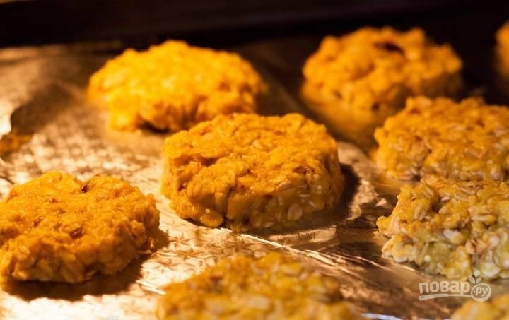 Отправляем печенье в разогретую до 160-180 градусов на 10 минут. Но обязательно следите за своим печеньем.