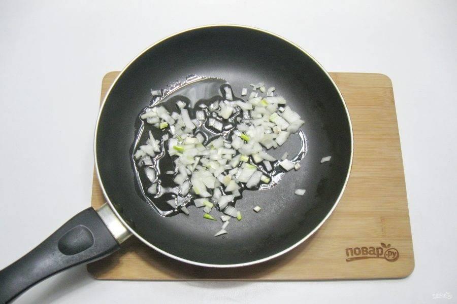 Репчатый лук очистите, помойте и мелко нарежьте. Выложите в сковороду с подсолнечным маслом.