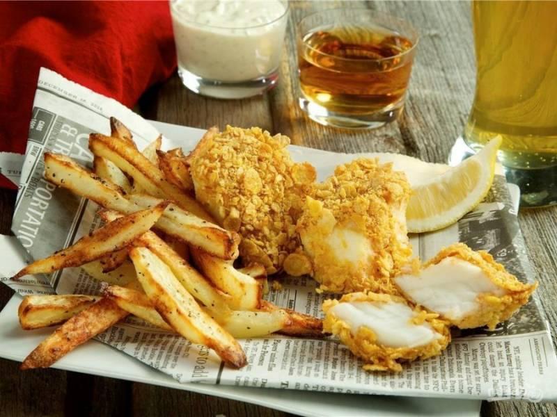 Подавайте фиш-энд-чипс с приготовленным соусом, уксусом и дольками лимона. Приятного аппетита!