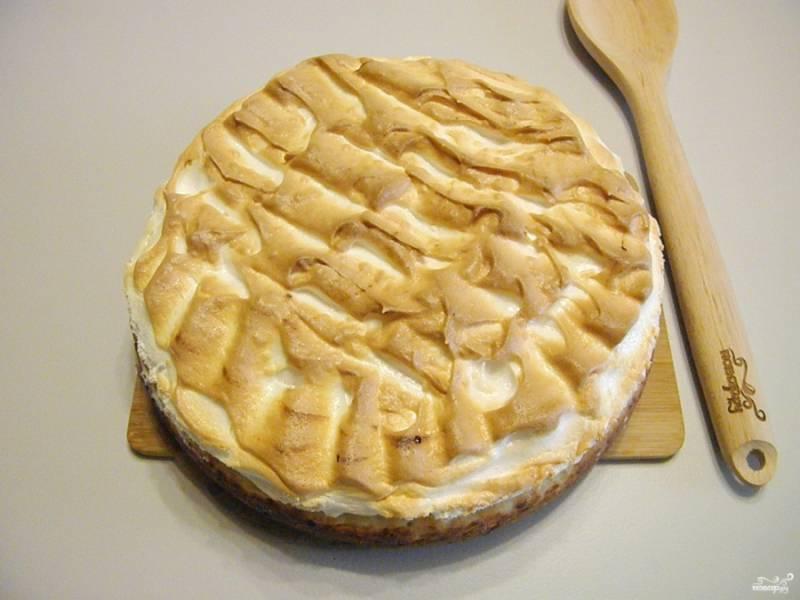 Готовый пирог остудите, через время извлеките из формы. Нарезайте на кусочки и подавайте к столу.