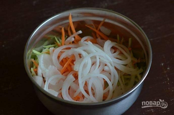 Лук очистите от шелухи и вымойте. Нарежьте его тоненькими полукольцами. Затем выложите лук к остальным овощам. Вы можете использовать любой лук, но лучше брать белый, салатный.