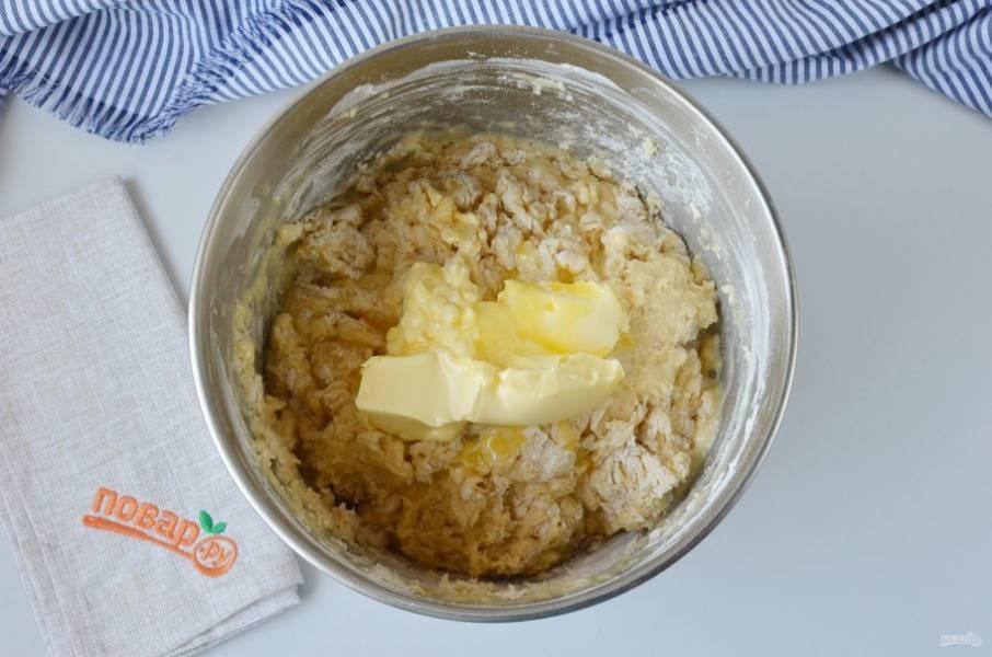В процессе замеса добавьте мягкое сливочное масло.