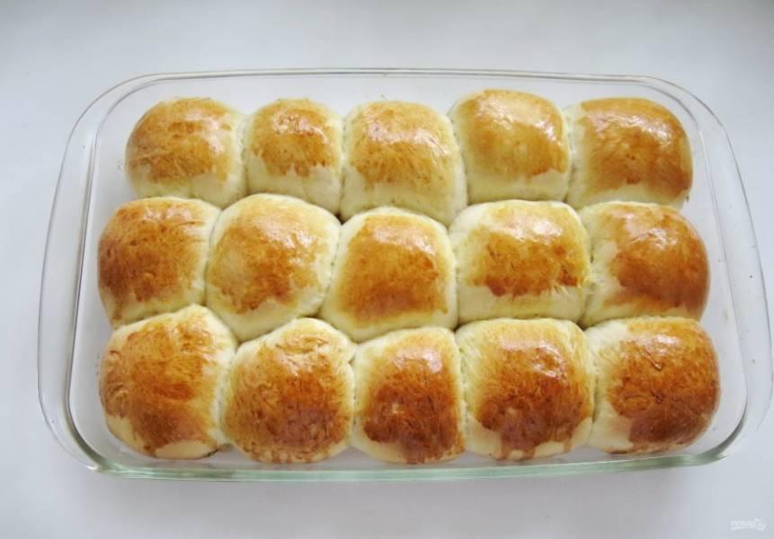 Отправьте булочки с грушей в духовку, разогретую до 175-180 градусов. Выпекайте 40-45 минут. Время выпечки зависит от вашей духовки.