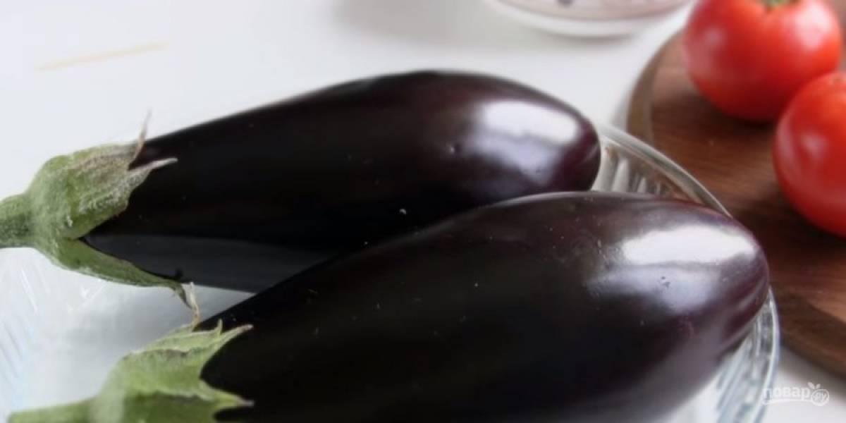 2. Нарежьте помидоры кубиками, переложите на сито и дайте лишней жидкости стечь. Орехи измельчите ножом, яйца и твердый сыр натрите на крупной терке. Баклажаны промойте, просушите и в нескольких местах проколите зубочисткой.