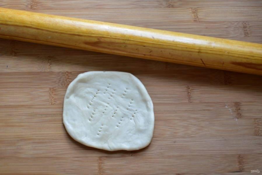 Тонко раскатайте каждую «улитку», наколите середину вилкой и обжарьте на сковороде в разогретом масле до золотистого цвета, несколько раз перевернув, чтобы лепешка не вздувалась в середине.
