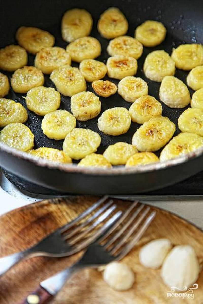 Бананы нарезать кольцами и обжарить на сквородке в масле с двух сторон.