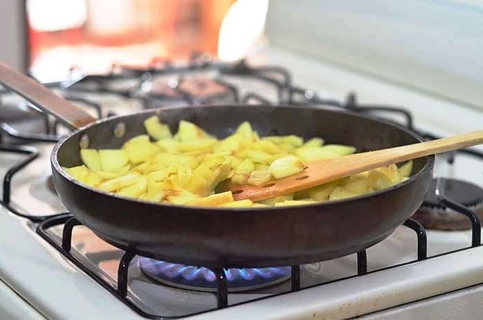 Яблоки очистите и нарежьте ломтиками. Доведите до кипения немного воды с ложкой сахара и протушите в этом сиропе яблоки в течение 5 минут.