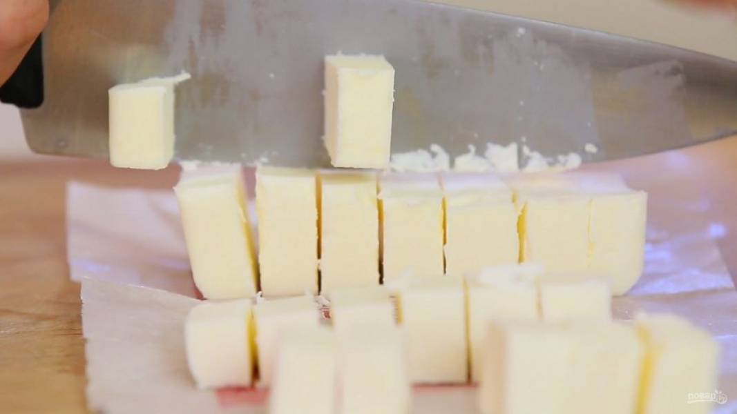 1. Холодное масло нарубите кубиками.
