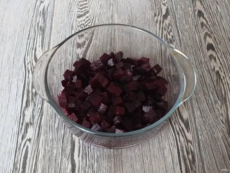 Нарежьте средним кубиком очищенную свеклу и переложите в салатник.