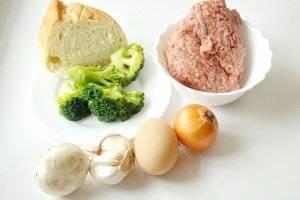Для приготовления мясных зраз берём мясо или готовый мясной фарш. У меня свинина. А также белую булку или белый хлеб, репчатый лук, чеснок, брокколи, шампиньоны, яйцо, соль, перец, панировочные сухари и подсолнечное масло.