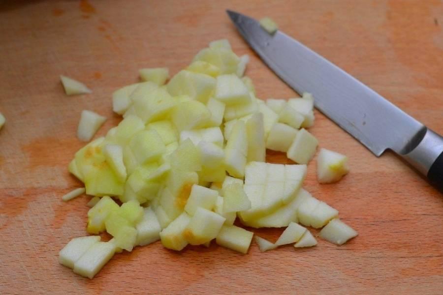 Яблоки тщательно моем, очищаем от кожуры и нарезаем кубиками среднего размера.