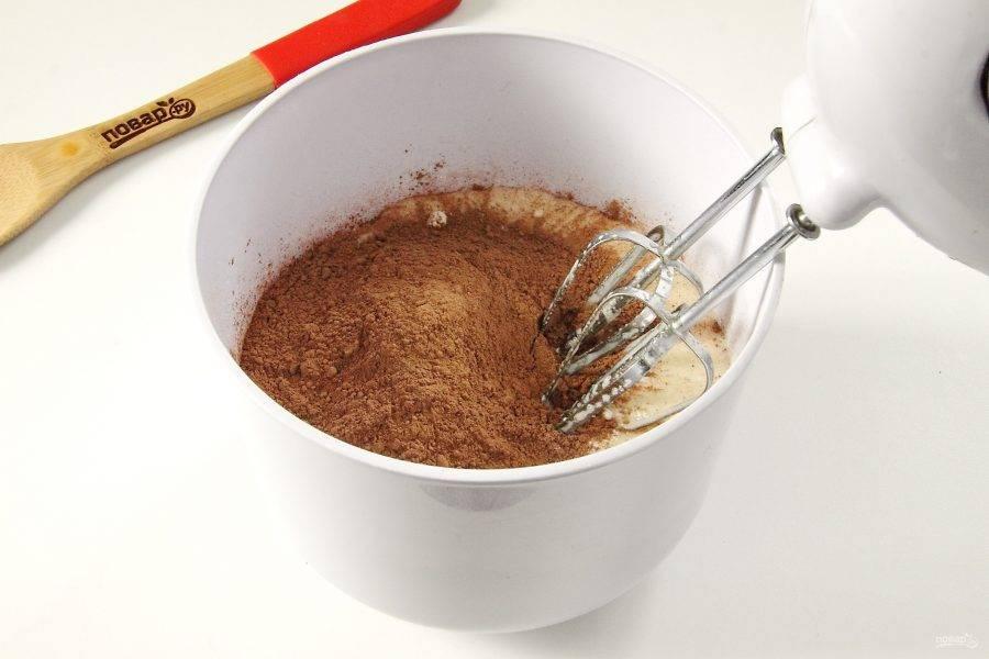 Всыпьте какао-порошок.