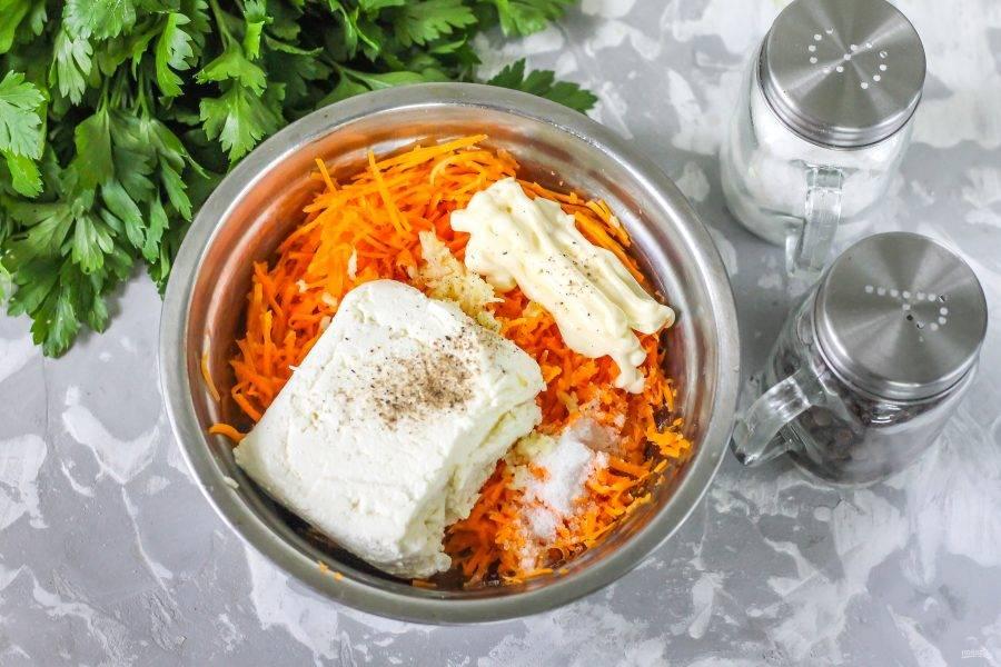 Выложите в емкость творог любой жирности, посолите и поперчите содержимое. По желанию можно добавить немного измельченной зелени укропа или петрушки. Добавьте майонез и аккуратно перемешайте салат.