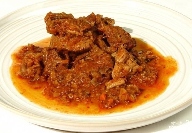 Гуляш из говядины с томатной пастой готов. Приятного аппетита!