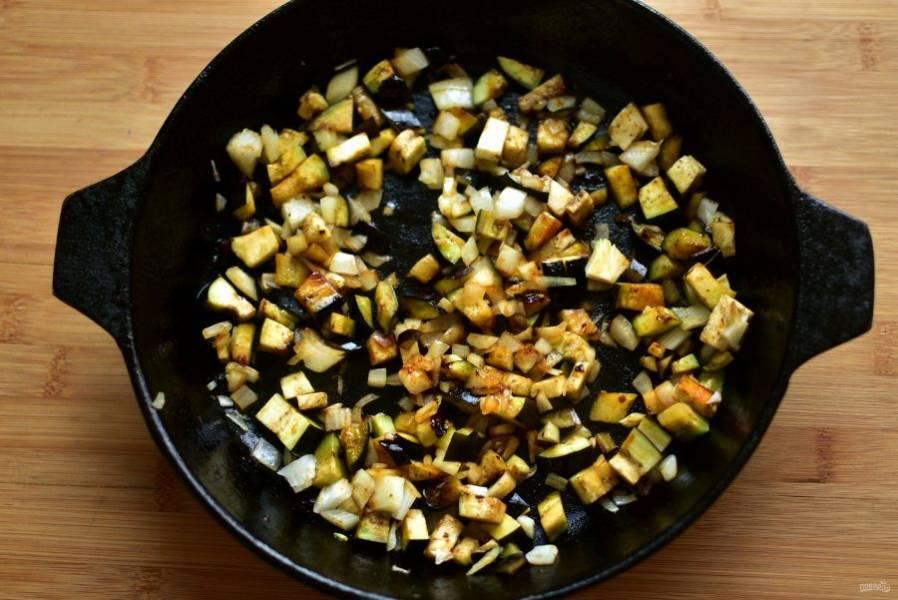 Пока тесто подходит, приготовьте начинку.  Обжарьте на сковороде лук и баклажаны в небольшом количестве масла до румянца.