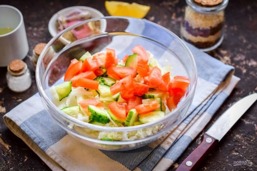 Свежий помидор также сполосните и просушите, нарежьте дольками и добавьте к овощам.