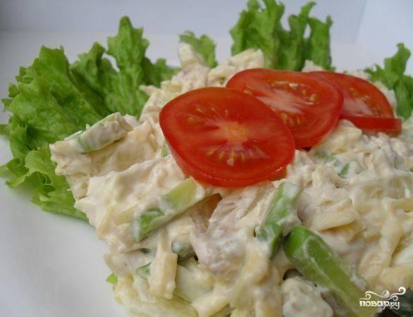 Всё перемешайте. Порционно выложите блюдо на  листья салата. Сверху уложите дольки помидора. Приятного аппетита!