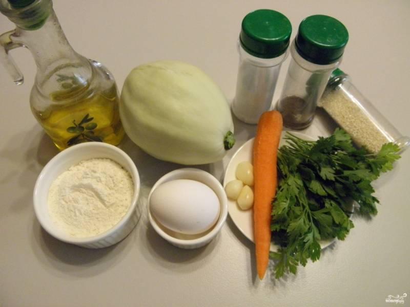 Подготовьте продукты. Овощи вымойте. У кабачка, если необходимо, снимите кожуру и удалите семечки. Очистите морковь и чеснок.