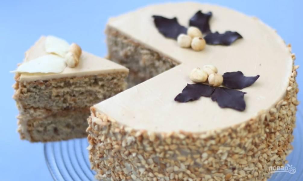 8.Соедините коржи кремом, смажьте последним бока и верх тортика, обсыпьте готовую выпечку измельченными орехами. Приятного аппетита!