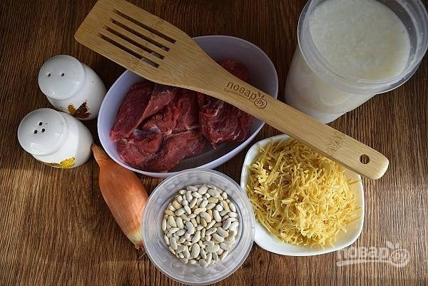 Подготовьте необходимые продукты. Фасоль заранее промойте и замочите  в прохладной воде на 40 минут.