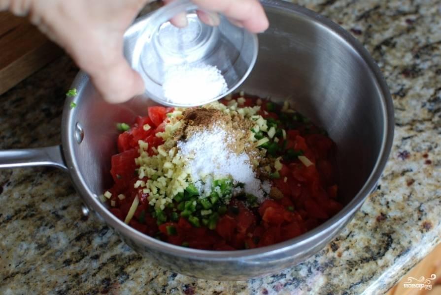 Выложите имбирь к овощам, и вместе с ним высыпьте все пряности, соль, добавьте лимонного сока.