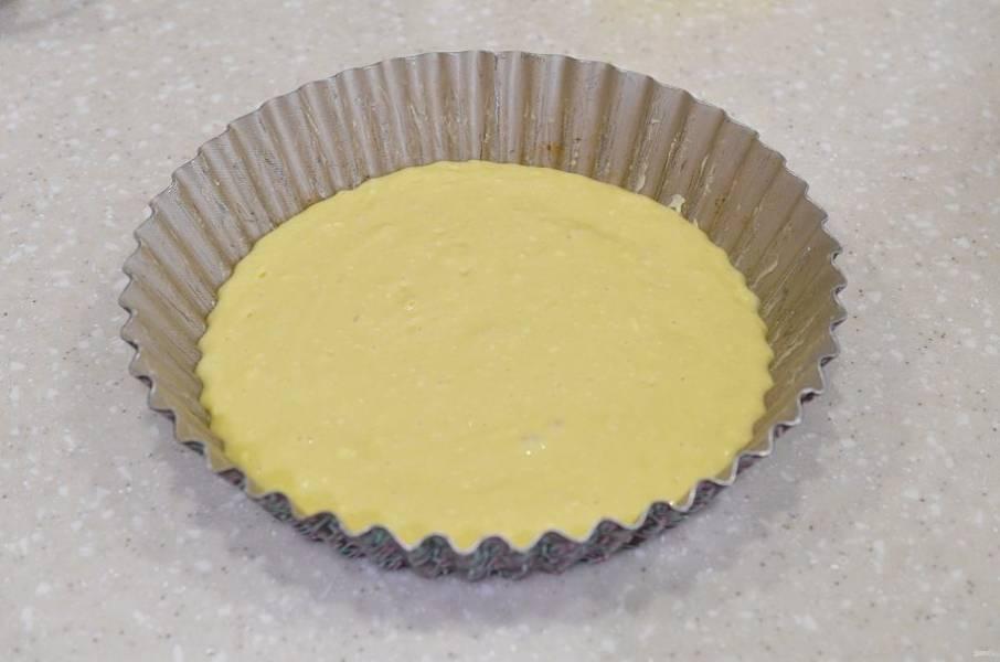 Жаропрочную форму смажьте маслом, вылейте половину теста.