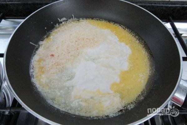 4.В сковороду влейте сливки, сок лимона, добавьте тертый сыр и нагревайте на слабом огне, пока сыр не начнет плавиться.