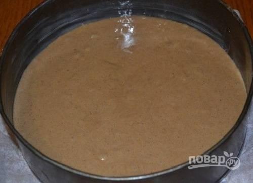 Форму для выпечки застилаем пергаментом или смазываем маслом и присыпаем мукой. Выкладываем тесто в форму, разравниваем его.